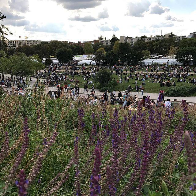 Mauerpark, un immense espace où les berlinois se retrouvent pour manger, boire, danser, chanter, barbecuter, shoppinguer, karaokéter, buller... une ambiance de festival :) #ciloubidouilleinberlin #berlin #mauerpark