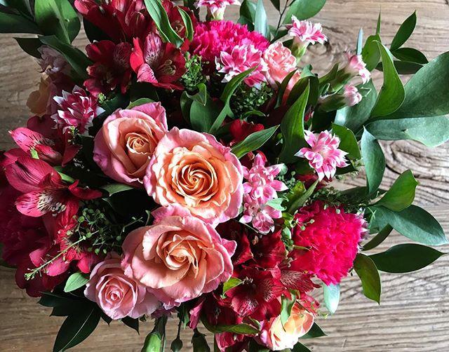 C'est étrange comme certains bouquets tiennent mieux que d'autres. Une symbolique que mon cerveau interprète toujours à sa sauce :) #flowers #friends