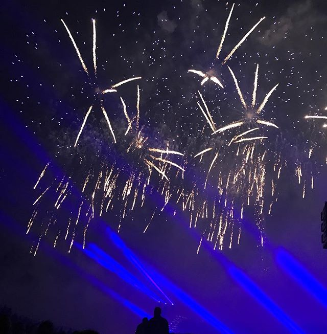 Pluie d'étoiles et de paillettes dans le ciel de St Cloud. C'est impossible de rendre la magie d'un feu en photo... j'ai adoré. Si je peux, j'y retourne l'année prochaine ! #legrandfeudesaintcloud