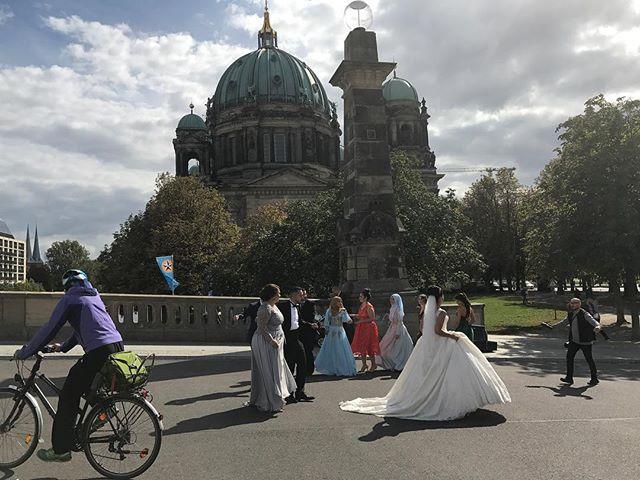 Berliner Dom animé par des quantités de mariage ! On se croirait en Chine, avec des tas de mariées au kilomètre ! #berlin #ciloubidouilleinberlin #berlin
