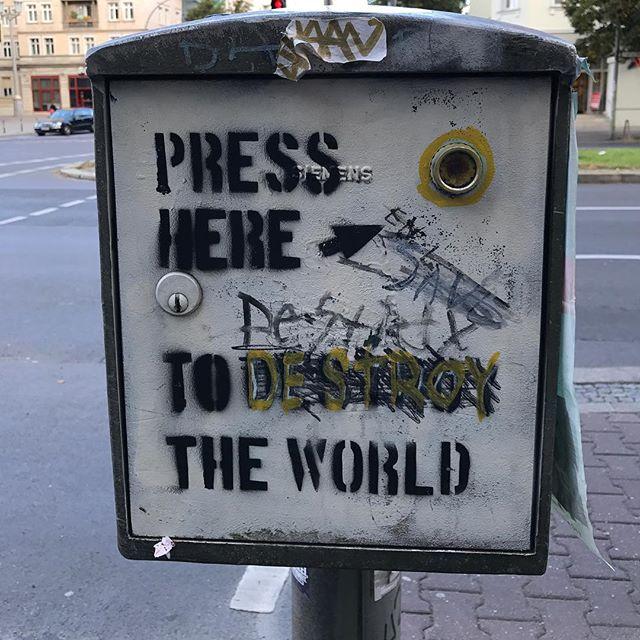 J'hésite... #ciloubidouilleinberlin #friedrichshain #berlin