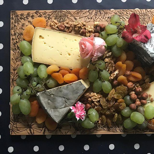 Si vous voulez en savoir plus sur ce plateau à fromage pyrogravé, rendez-vous sur mon blog :)