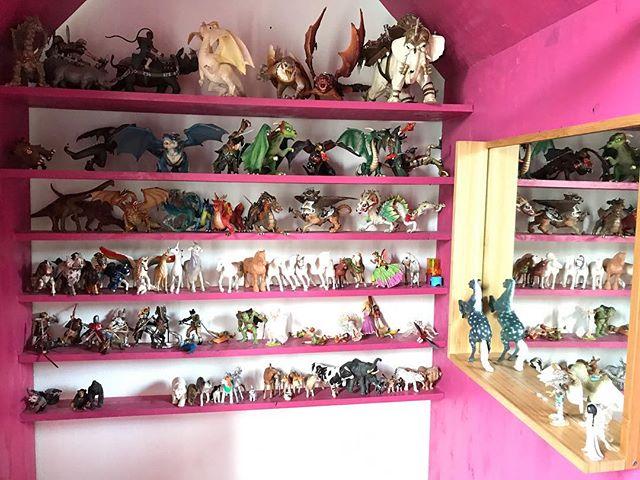 Ranger la chambre de ma fille me saoule mais je dois reconnaitre que j'ai toujours un immense plaisir à observer sa collection de figurines.