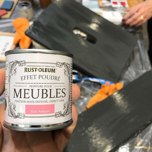Je suis à l'atelier peinture organisé par @rustoleumfrance et je m'amuse +++ ! Je suis en train de me bricoler un tabouret et je suis fan de leur bombe à effet pierre ! #pprustoleum