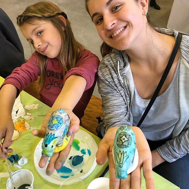 Pendant que je visitais l'atelier de moulage, mes filles faisaient elles-mêmes leurs oeuvres en plâtre grâce aux kits @makomoulages qui viennent de sortir en collaboration avec @ateliersdartdesmuseesnationaux et qui reprennent le célèbre Ours blanc de François Pompon et L'hippopotame bleu (de je ne sais qui ^^). Elles sont revenues enchantées de cet atelier moulage et je crois que je vais devoir m'y coller à mon tour un we prochain :) !