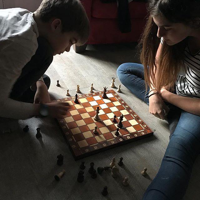 Je n'aime pas les échecs mais les entendre jouer, crier, rigoler, aussi fort que des joueurs de pétanque, c'est quand même chouette