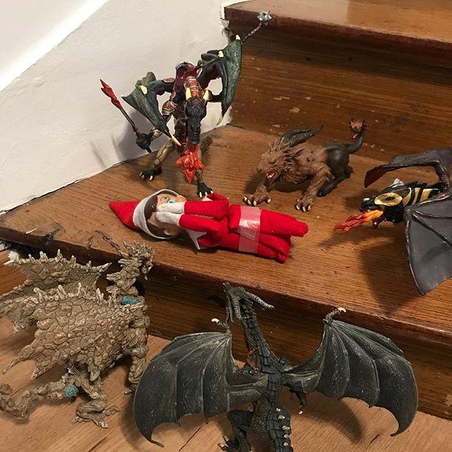 Elouan a décidé que l'elfe allait se faire bouffer par ses dragons on dirait ! #cilouelf #elfontheshelf #elfontheshelf2017