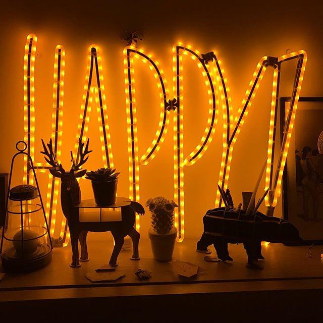 Toujours aussi fan de mon HAPPY lumineux (il vient de chez @lesmotslumineux). Il est dans ma chambre mais je pense qu'il va finir dans le salon un jour !