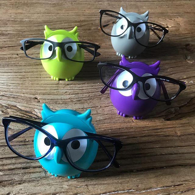 Dans les paquets, il y avait ces porte-lunettes pour accueillir les nouveaux accessoires de mes enfants. J'en profite pour ajouter une précision. Quand je parlais de mes imperfections de maman l'autre jour, en AUCUN cas, cela faisait référence au fait que mes 4 rigolos portent des lunettes. Ils sont parfaits mes enfants, et les lubettes ne changent rien à cet état de fait ^^ ! En plus, c'est un peu plus compliqué que cela, seul Elouan en a besoin, les trois autres ont une excellente vue. Les filles ont des lunettes de repos pour soulager leurs yeux qui naturellement sont tentés de loucher. Erwan a pris des lunettes pour soulager les siens des lumières bleues de l'ordi mais il a une vue surpuissante en vrai. Ce qui m'a mortifiée, c'est d'avoir été incapable d'aider mon Elouan qui a un réel souci (pas catastrophique vu qu'il compensait avec son oeil fort la vision de son autre oeil). Je m'en suis voulue de ne pas avoir répéré le souci et son inconfort. Jamais je n'ai soupçonné quoi que ce soit. Bref, maintenant il a les bons outils et tout le monde en est content. Alors vive les lunettes :). Les chouettes lunettes !