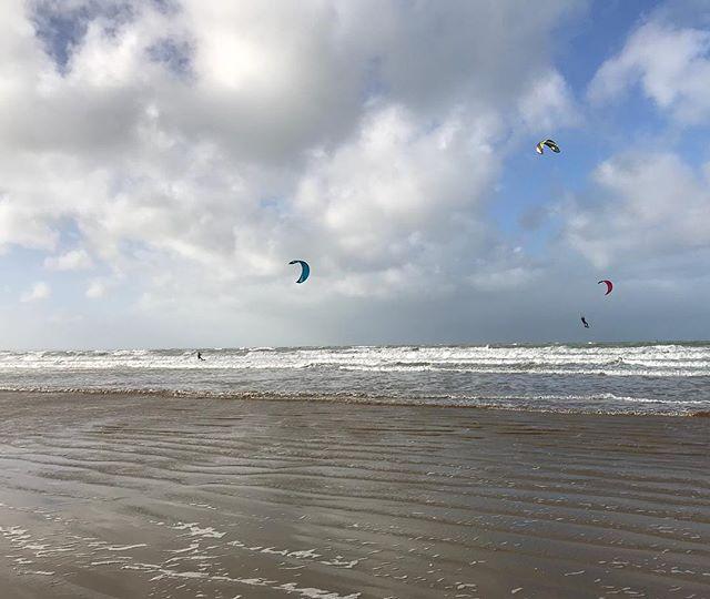Hommes volants. La mer, le vent, le bleu et le blanc... tout cela me manquait tellement !  #erquy #bretagne #breizh