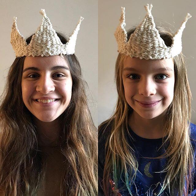 Cette couronne en coton tissé est sur mon blog :). Et ces deux princesses sont dans mon coeur.