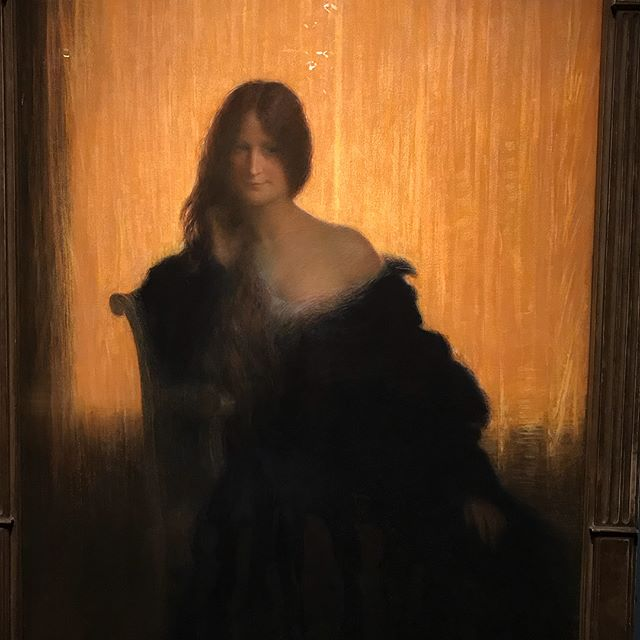 J'ai visité l'expo «L'art du Pastel de Degas à Redon», qui a lieu actuellement au @petitpalais_musee. Je n'avais pas d'idées sur ce matériel, qui connait son âge d'or au 18ème siècle. Un travail rapide, un coût moindre et une praticité de transport séduisent et permettent aux artistes d'exprimer des émotions et des poses plus spontanées, plus vivantes.Le pastel est néanmoins un matériel fragile, instable. Si son temps de séchage est rapide, il ne supporte aucun fixatif sous peine d'être encrouté et de perdre les intérêts de son essence. Dans l'expo, toutes les oeuvres sont protégées par une vitre. C'est un événement assez rare, ça fait plus de 40 ans que ces oeuvres n'ont pas été exposées, et à la fin de ces trois mois de mise en lumière, elles devront prendre trois ans de repos ! J'ai beaucoup aimé voir ces tableaux, aux personnages souvent saisis sur le vif, où le détail intéresse souvent moins que les grands traits du sujet. Pourtant, le pastel offre aussi des tableaux d'une précision inouie ! Les artistes utilisent son chant, sa tranche ou l'écrasent selon le rendu et la texture souhaités. Bref, j'ai vu de très jolies choses et ça m'a donné envie de tester à mon tour :).