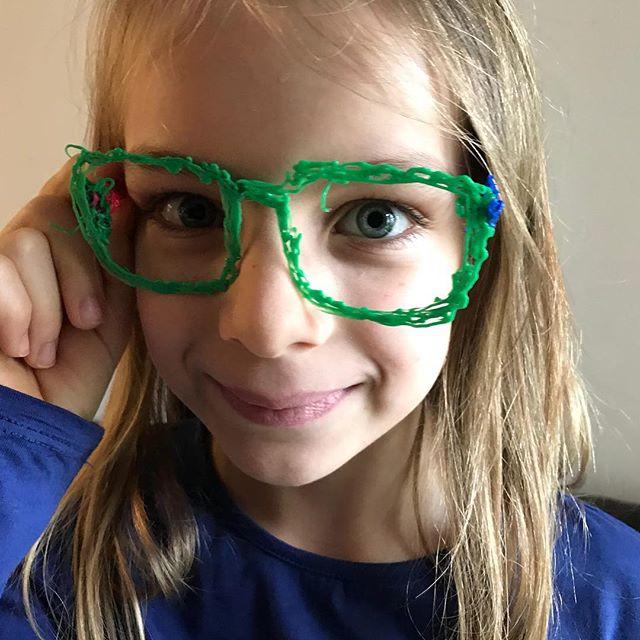 Siloë s'est bricolée des lunettes avec le stylo 3d de Elouan. Pas mal non ?