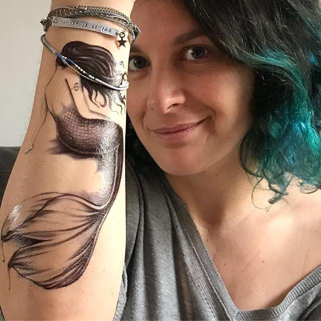 Dans les raisons qui font que je ne ferai pas de vrais tatouages, c'est mon incapacité à décider si je laisse le motif dans le sens «visible pour les autres» ou «visible pour moi». Cette sirène est sympa pour quand je mets mes coudes sur la table (malpolie que je suis). Mais du coup je ne la vois pas. Mais si je la mets dans l'autre sens, ben c'est trop discret ^^ Bref, j'aime bien les deux ! #jaidesproblemes #tatouageephemere #ciloubidouilletattoo