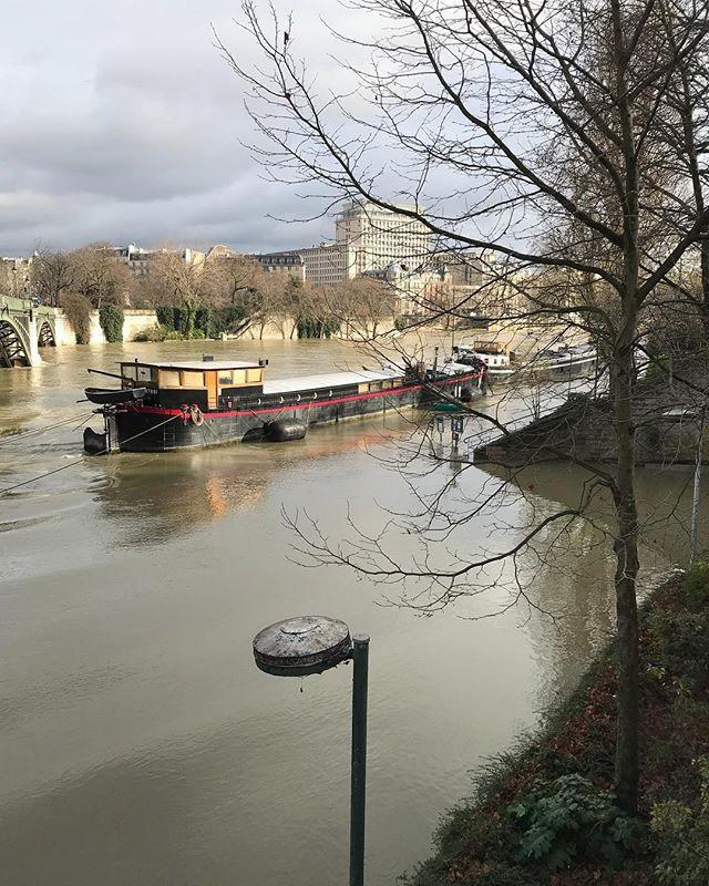Les quais sont sous l'eau à Paris :)