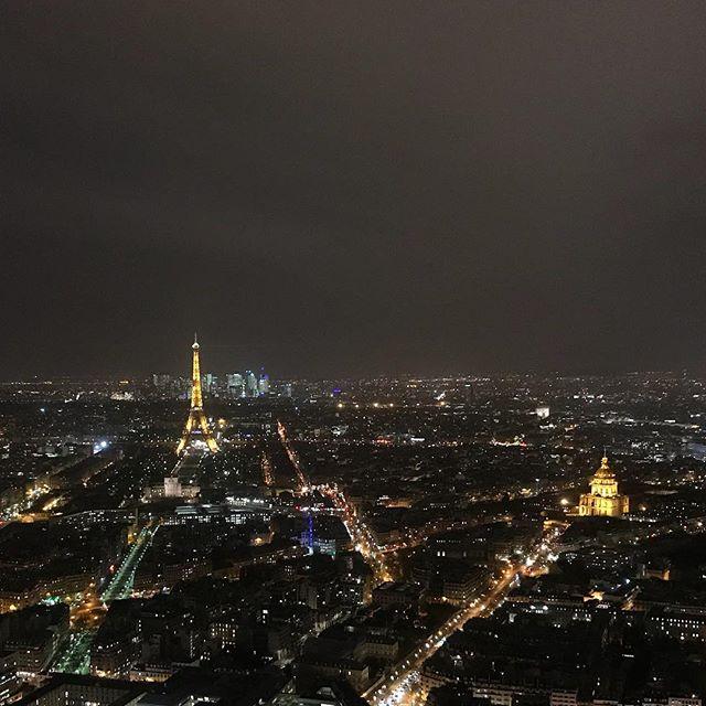 Bijoux parisiens. On a décidé sur un coup de tête d'aller regarder Paris d'en haut de la tour montparnasse. Quelle bonne idée ! Personne et une vue bien dégagée. #happy #paris #tourmontparnasse #parisbynight