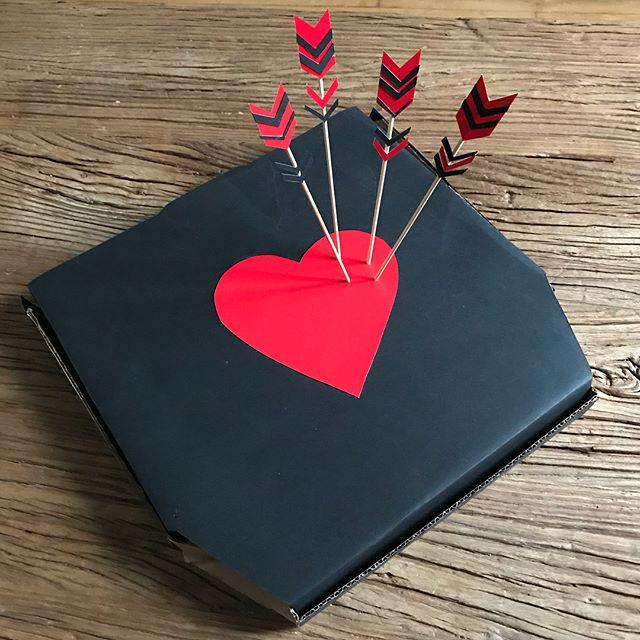 Une drôle de pizza en surprise pour mon amoureux ce matin :). Belle journée à tous ceux qui aiment. On est nombreux non ?  #saintvalentin #valentinesday #valentinsdaygift #diy #love