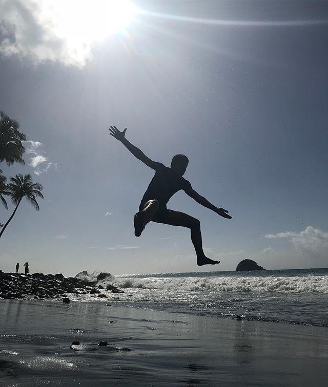Jump shot sur une plage de sable noire #ansecouleuvre #martinique #cilouenmartinique