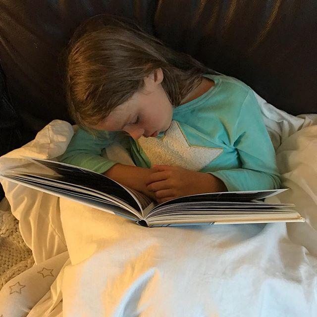 Petite fille malade... note à moi-même : la prochaine fois que j'ai une otite carabinée, penser à s'endormir gracieusement, bien emmitouflée, en lisant une BD. Je suis certaine que ça attendrira ma mère !