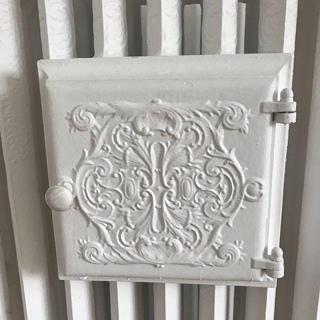 Dans les trucs rigolos de ma maison, il y a ce radiateur avec une niche intégrée qui s'ouvre. J'ai un peu tout entendu sur son utilité : mettre des chaussons à chauffer, le pain à gonfler, garder les boissons chaudes... vous en savez plus vous ? #cilounewhome