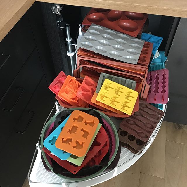 A une époque, j'avais la passion du moule mou, pis ça m'a passé... vu la place dans ma nouvelle cuisine, je leur laisse une seconde chance. Ils seront bien plus accessibles qu'avant, alors je vais voir si je les utilise à nouveau. Si ce n'est pas le cas, ils finiront en brocante !#cilounewhome #moules #cuisine