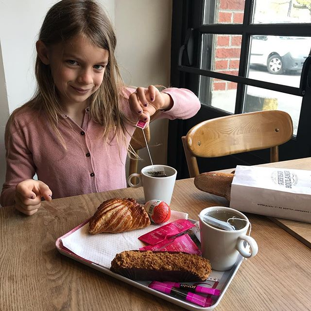 Je fête le bon bulletin de Siloë dans un petit salon de thé. Plus que les résultats, on est heureux de la voir si bien dans cette nouvelle école ! Ca vaut bien un petit moment entre filles (et un kinder) ^^ ! #familytime #mamanfille #tempsdequalité