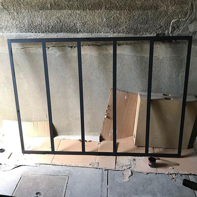 On construit une prison pour nos enfants quand ils sont relous... mais comme on est cool, on passe de la peinture anti rouille sur les barreaux #prisonniersmaissanstétanos (et sinon c'est la future verrière de la cuisine ^^) #cilounewhome #verriere #travauxmaison