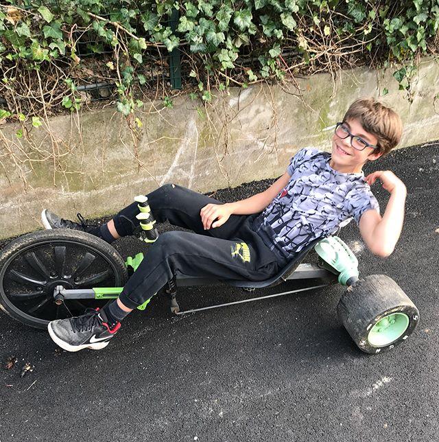 C'est son souvenir préféré rapporté de Chine, sa green machine, une sorte de tricycle court sur patte qu'il dirige avec des manettes. Il enchaine les dérapages avec :). #greenmachine #velocouche #tricycle #