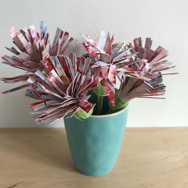Sur mon blog, je parle de ces fleurs et de toutes celles que je voudrais que vous me donniez pour décorer le mariage de ma soeur. Si l'idée de participer à ce projet créatif un peu foufou vous tente, laissez-moi un message là-bas ! Merci d'avance de votre générosité :). #cilouwedding #paperart #fleurenpapier #paperflower #paperplants #ciloubidouille