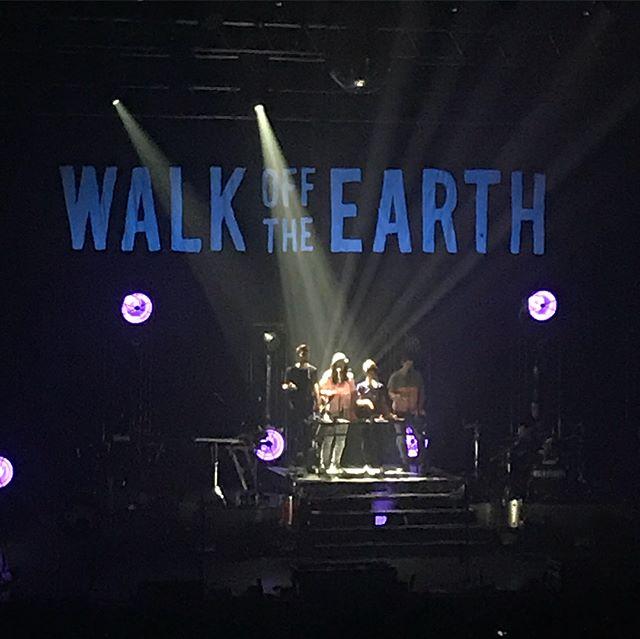 Concert de @walkofftheearth au @zenith_paris. Un son beaucoup fort mais une chouette énergie de ces canadiens ! On dirait qu'ils savent tous jouer de tous les instruments, c'est jubilatoire ! Je connaissais surtout leurs covers mais ils ont leur propre répertoire que je vais reécouter au calme quand mes oreilles seront un peu reposées :)) ! #walkofearth #ciloubidouillesorties