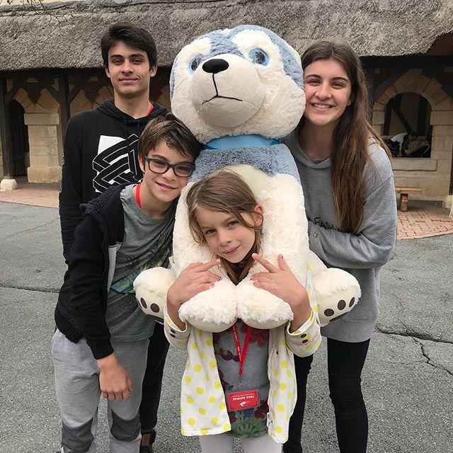 Elouan a gagné une grosse peluche. Hyper pratique dans les attractions ^^ !! #parcasterix