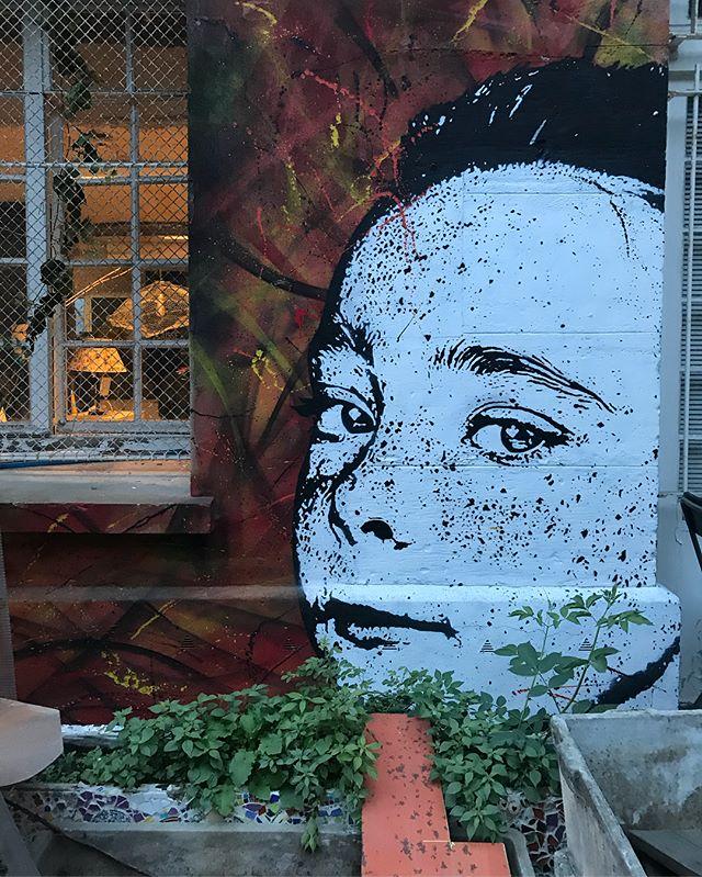 Soirée chez @lesgrandsvoisins. Moisson de street-art et de copains de Chine. #ciloubidouillesorties #streetart #graffitiparis #paris
