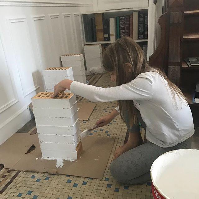 «Maman je peux t'aider ?» «À peindre des briques en blanc ??? Mais quand tu veux ma jolie !! ^^ #exploitationdenfant #travauxmaison #bibliothèque #diydecor #etagere #cilounewhome