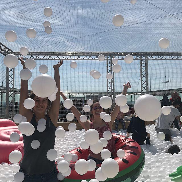 Bref, j'ai emmené les enfants à la piscine à balles située en haut de la tour montparnasse ! 100000 boules blanches sur 40m2, ca donne des mômes hilares pendant les 10mn de la séance. Si ça vous tente, grouillez-vous, ça ferme le 1 mai ! #bestviewofparis #piscineaballes #tourmontparnasse #observatoirepanoramiquedelatourmontparnasse