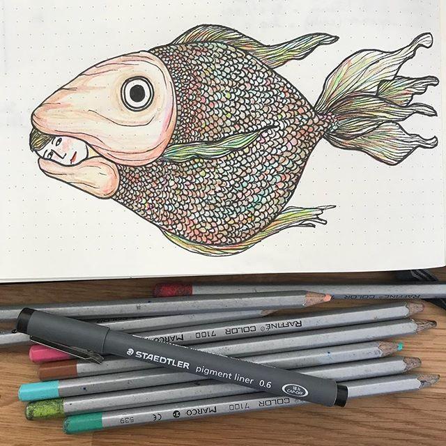 Depuis que je n'ai plus de boulot, je dessine moins. Heureusement, il y a les réunions parents d'élèves de ma dernière. Sa classe va aller au futuroscope alors je me glisse dans ce petit poisson pour la suivre discrètement :) ! #ciloudrawings #ciloubidouilledrawing #draw #fish #illustrationoftheday