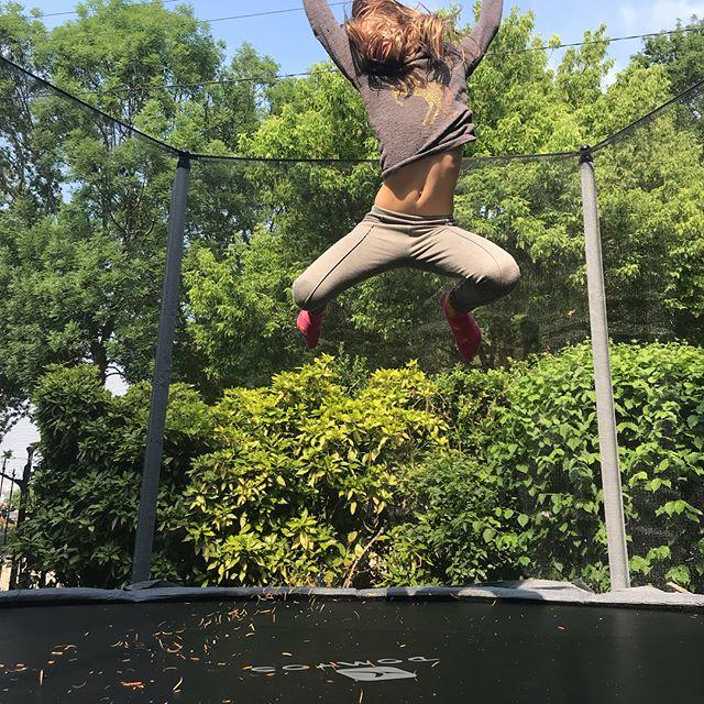 Elle bondit de joie sur le trampoline de son anniversaire. C'est chouette quand on met la main sur le cadeau qui plait vraiment. #trampoline #jump #cilounewhome