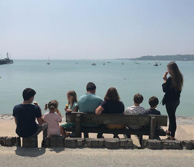Ma maman souffle 66 bougies devant la mer, avec une poignée de ses petit-enfants, en mangeant des glace au soleil. Je me souhaite le même genre d'anniversaire d'ici des années. Vive elle, vive eux. #familytime #birthday #maman #cancale