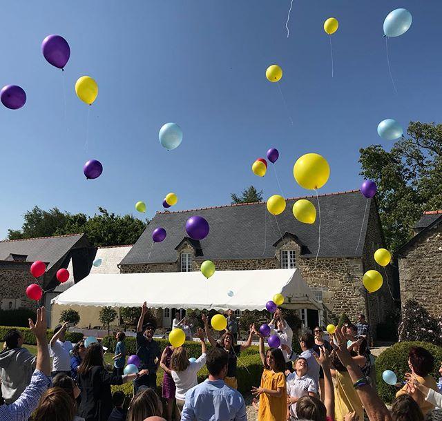 Lâché de ballons aux couleurs des lignées. Nous on est les jaunes :) #cousinade #bretagne