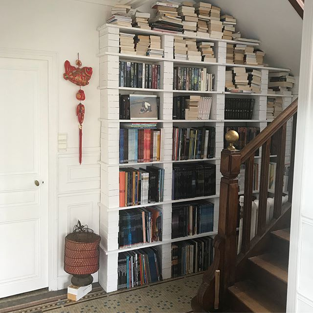 Et voilà ma bibliothèque diy ! Je l'ai réalisée à partir de planches en bois et de briques peintes. Les briques ne sont pas collées, juste posées les unes sur les autres. Le poids des livres stabilise tout. C'est assez rapide, accessible aux bricoleurs débutants et pas très cher, surtout si comme moi tu utilises du bois de récup. #diy #ciloubidouille #cilounewhome #bibliotheque #shelves