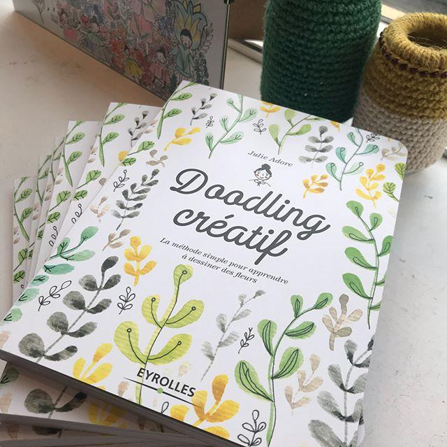 Cette aprem, j'ai emmené Siloë et sa cousine à Paris pour fêter la sortie du livre de la géniale @julieadore ! Si vous avez envie de passer du gribouillage vaguement artistique au téléphone à des petits dessins poétiques et joyeux, ruez-vous sur ce livre «Doodling créatif» ! C'est Julie mais dans du papier joli. . Coucou en passant au merveilleux @zakadit avec qui j'ai ruiné ma première rencontre ! Je compte sur les 10 prochaines pour me rattraper ^^ ! .Bravo aux @eyrolles_loisirscreatifs qui font tjrs de chouettes éditoriaux ! .Heureuse aussi d'avoir revu la super team de @klindoeil .Et bien-sûr je remercie mes parents qui ont tant cru en moi... heu pardon, je m'emporte !!!