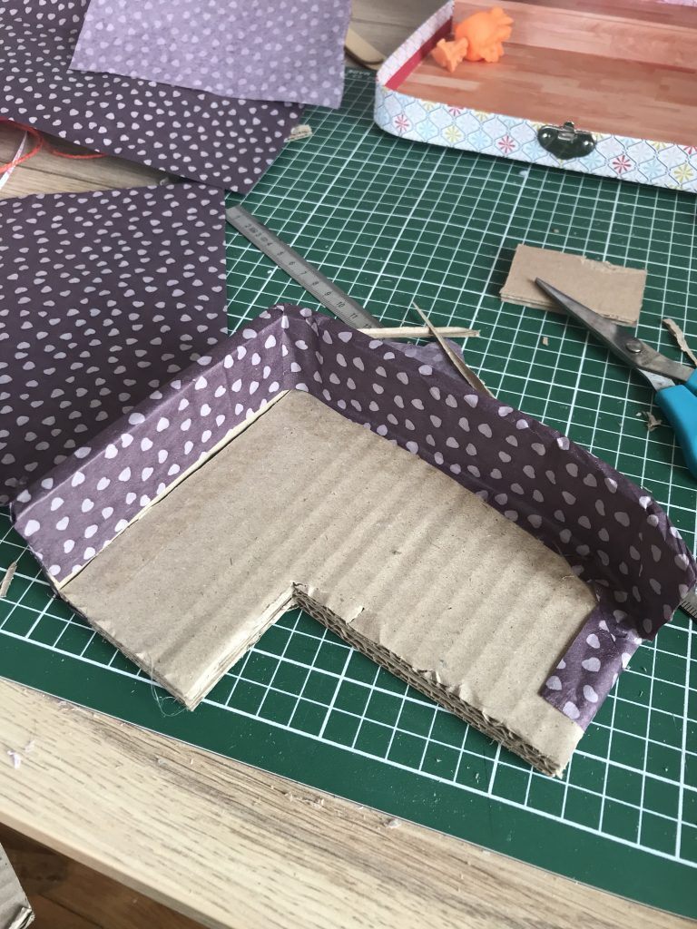 Maison de poupée - Canapé en carton