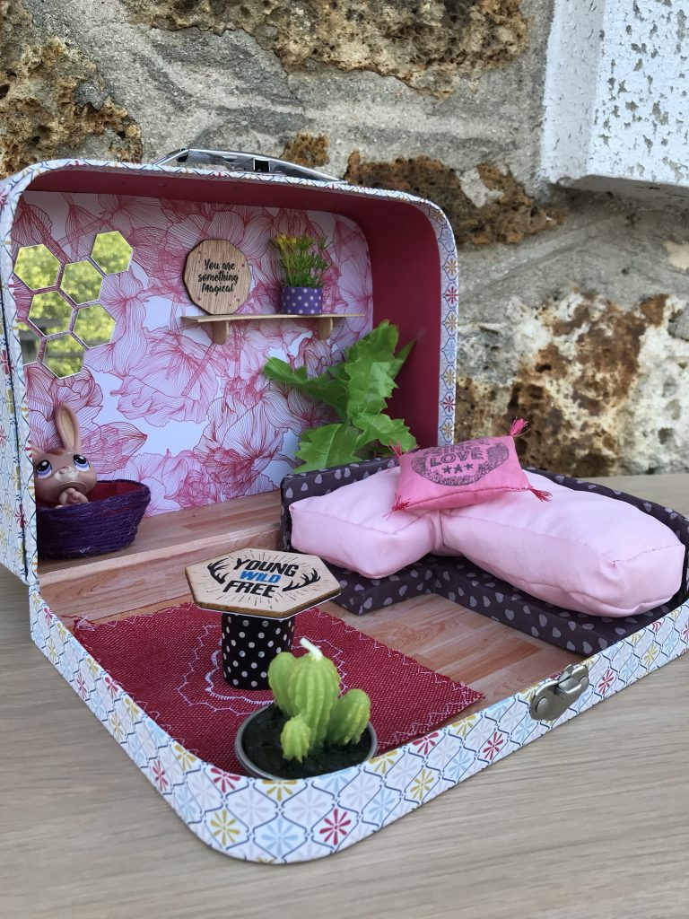 Maison de poupée - valise transformée en mini maison