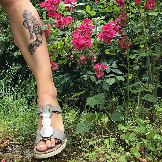 Bouffée d'oxygène à la campagne. On aide mon papa à retaper un étrange chalet sur les bords de la Loire. #tatouageephemere #ciloubidouilletattoo #leg #flower