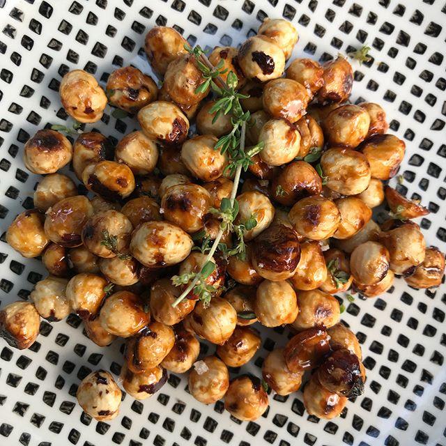 L'apéro de ce soir : noisettes légèrement caramélisées au miel, avec de la fleur de sel et du thym frais ! Miam miam miam. Recette dans les photos suivantes :) #apero #noisettescaramélisées #recette #recipe