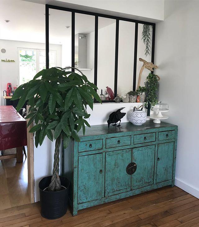 Le coin salle à manger prend aussi forme humaine ! Ca fait du bien (même si je n'ai qu'à me retourner pour me dire qu'il y a encore du boulot). Je réfléchis à un papier peint très original pour mettre sur le mur à droite. Je sens que je vais me laisser aller à un coin très «clivant» comme on dit ^^ ! #cilounewhome #meublechinois #commode #decoration #verriere #corbeau #homedecor