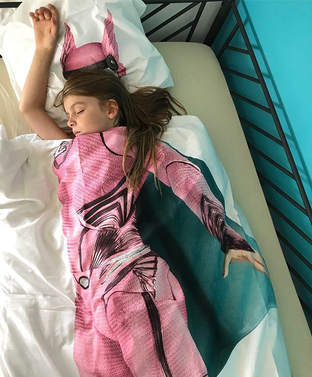 On a enfin installé le lit de Siloë ! Elle dormait sur un matelas au sol depuis deux mois :). Sa chambre commence à ressembler à quelque chose !! Fiou, l'énergie de tout cela quand même... #cilounewhome #snurk #kidsroom #girlpower #whoruntheworldgirls