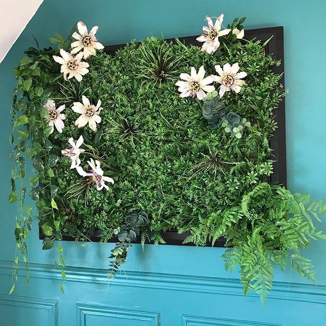 Ca parle tableau végétal à faire soi-même sur le blog. Celui-ci trône dans la chambre de Maëlle :). C'est super facile à réaliser ! #cadrevegetal #tableauvegetal #greenwall #diy #ciloubidouille #urbanjungle