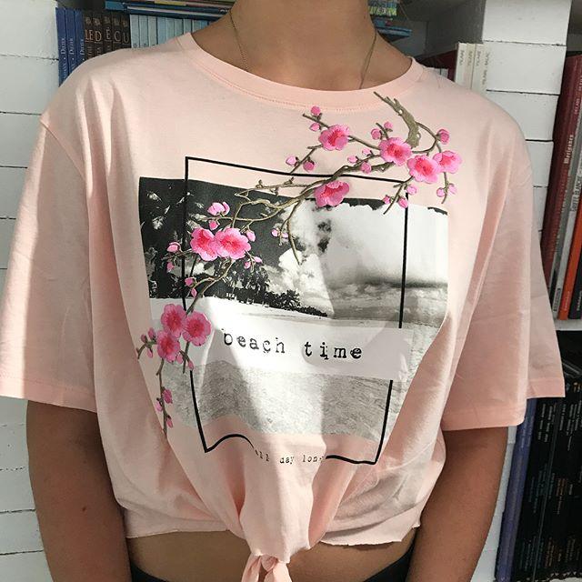 En plus de couper ses tee-shirts, Maëlle les décore de broderies. Ca rend bien non ? Vous trouverez le lien de ces fleurs thermocollantes sur mon blog, en bas de l'article sur les tutus lumineux #diy #maviecreative #broderie #recycling