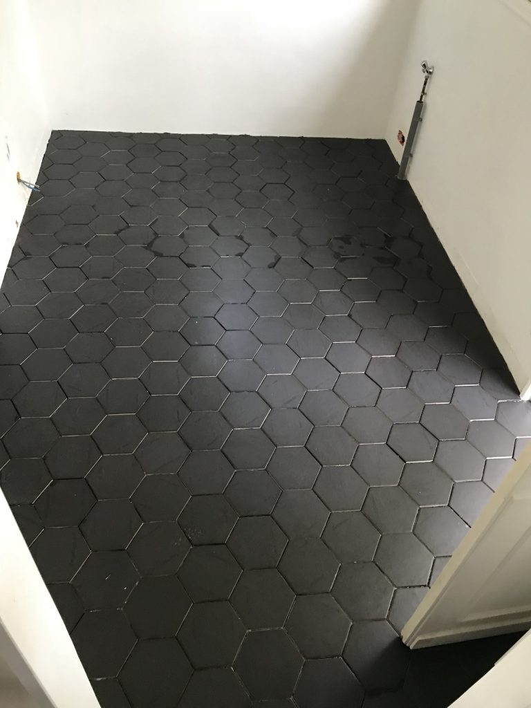 Arrière-cuisine - carrelage noir hexagonal
