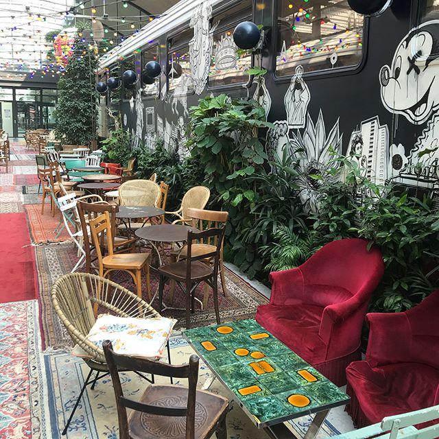 J'ai adoré découvrir @joinstationf ce matin. Situé pas loin de Bibliothèque, l'endroit est totalement instagrammable, à coup de vintage, de récup, d'urban jungle, de jolis livres... ^^ ! J'y retournerai manger avec les copains parce que certaines cantines avaient l'air délicieuses aussi. #stationf #parissecret #parisbobo #paris